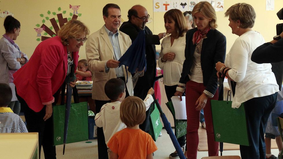 El alcalde izando la bandera azul en samil