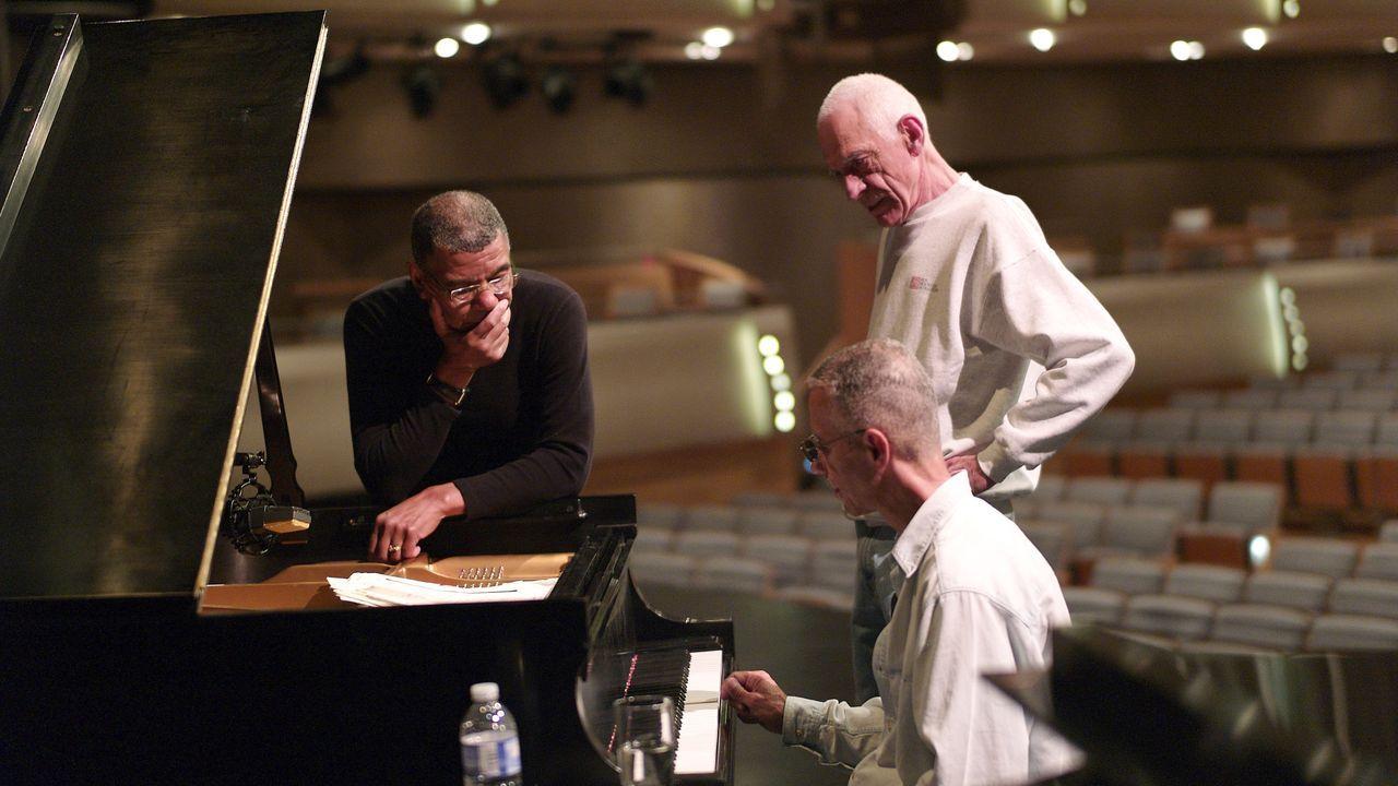 Jack DeJohnette, Gary Peacock (de pie, a la derecha) y Keith Jarrett, durante un ensayo