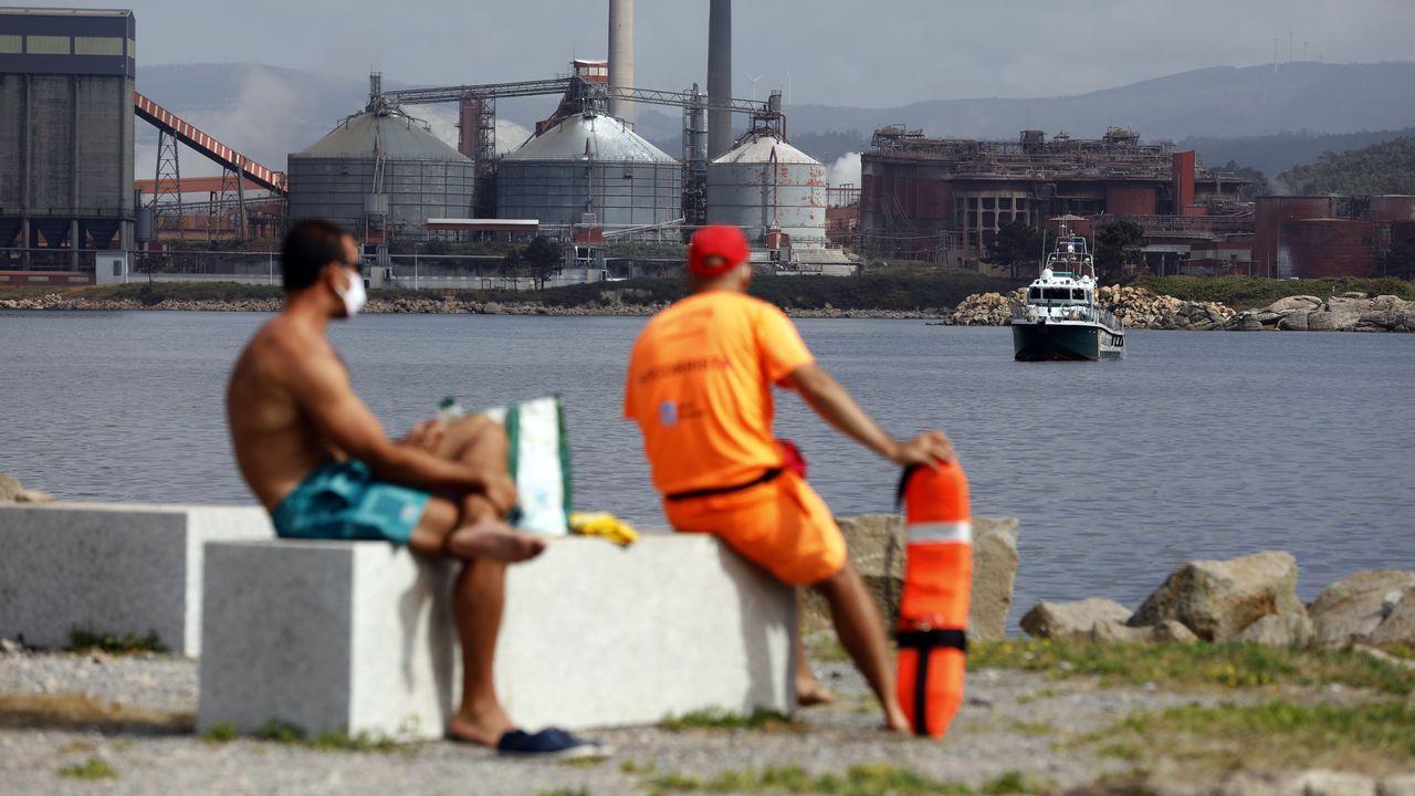 El miércoles, cuando apareció la mancha, una lancha de la Guardia Civil acudió a la playa de Lago
