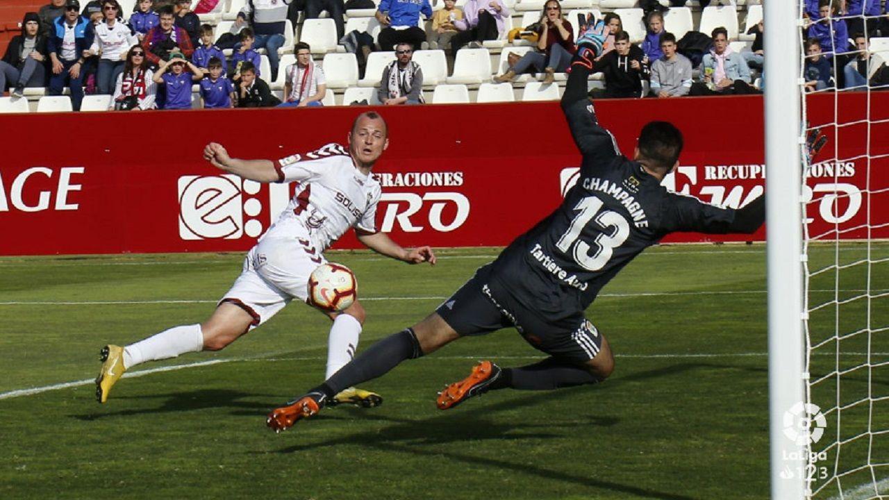 Champagne Zozuliz Albacete Real Oviedo Carlos Belmonte.Champagne trata de salvar una ocasión ante Zozulia