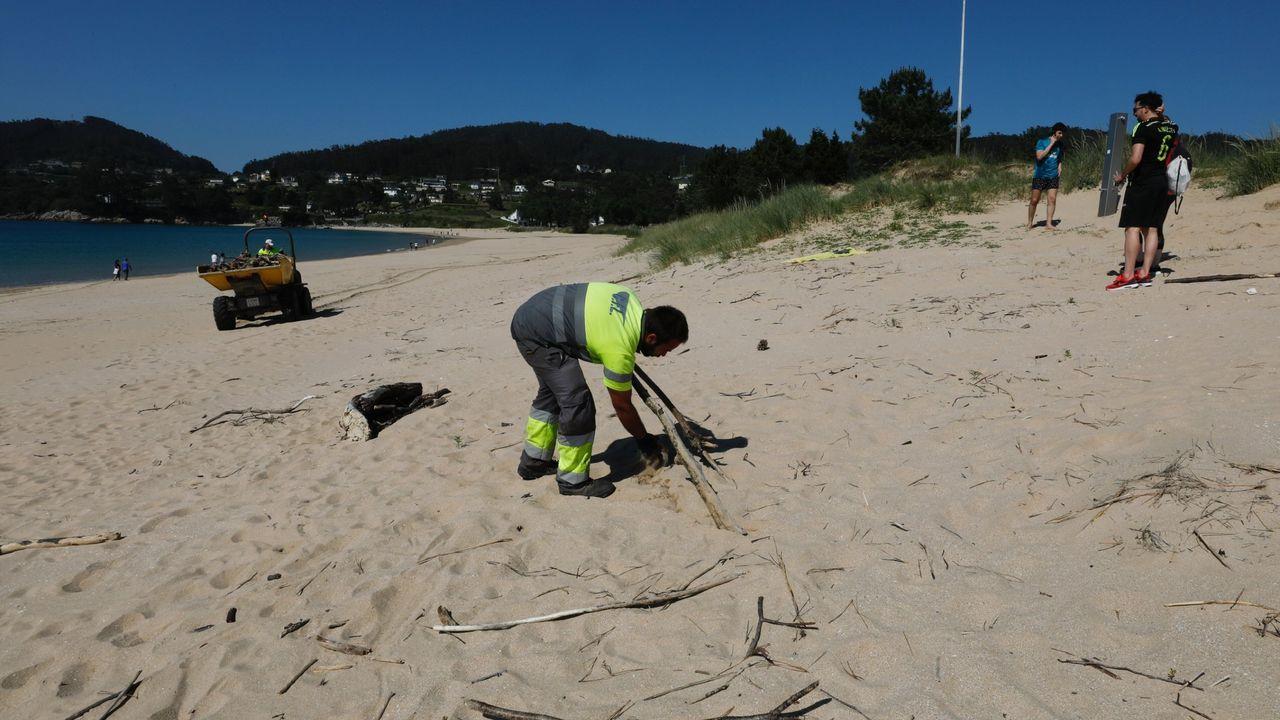 Días atrás se limpiaron playas como la de Area, y el Concello contaba con contratar a diez parados para limpiarlas a diario en verano
