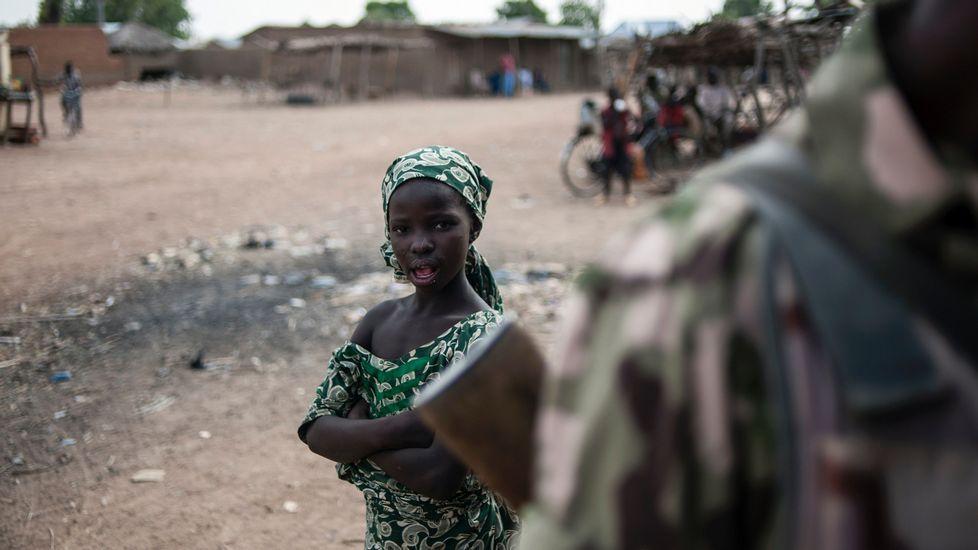 Niñas supuestamente secuestradas por Boko Haram.Xavier Aldekoa durante la realización del reportaje en la frontera de Chad y Nigeria.