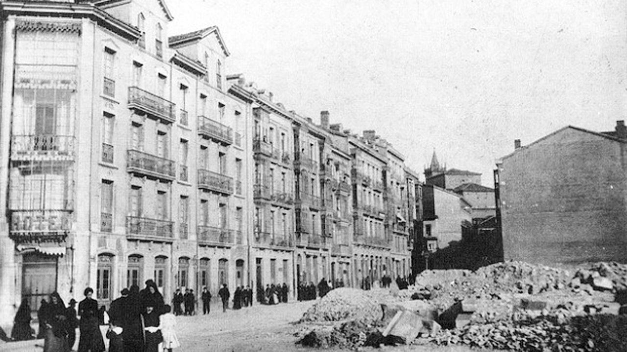 Ruinas del convento e iglesia de San Francisco en la esquina de la calle Fruela y Marqués de Santa Cruz de Oviedo. Al fondo se aprecia la torre de San Isidoro, en la plaza del Ayuntamiento