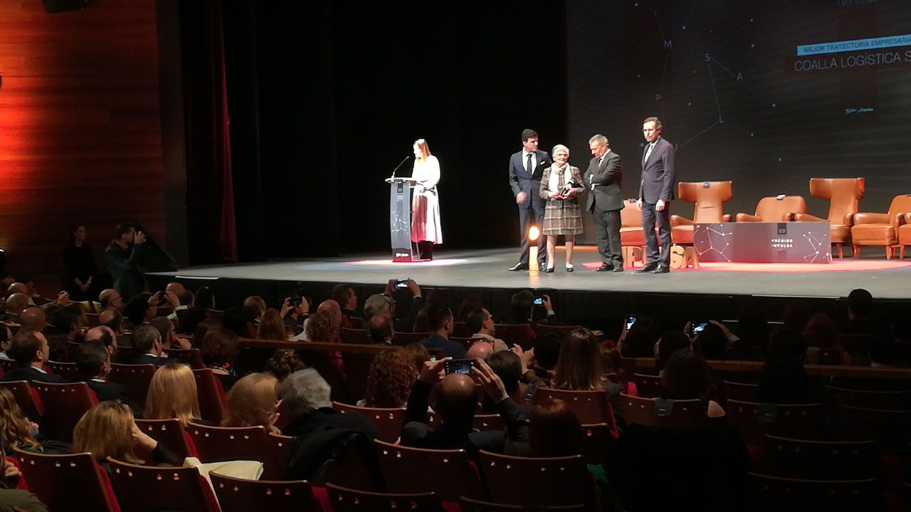 Momento de la entrega del Premio Impulsa 2019 a Coalla Logística, S. L.
