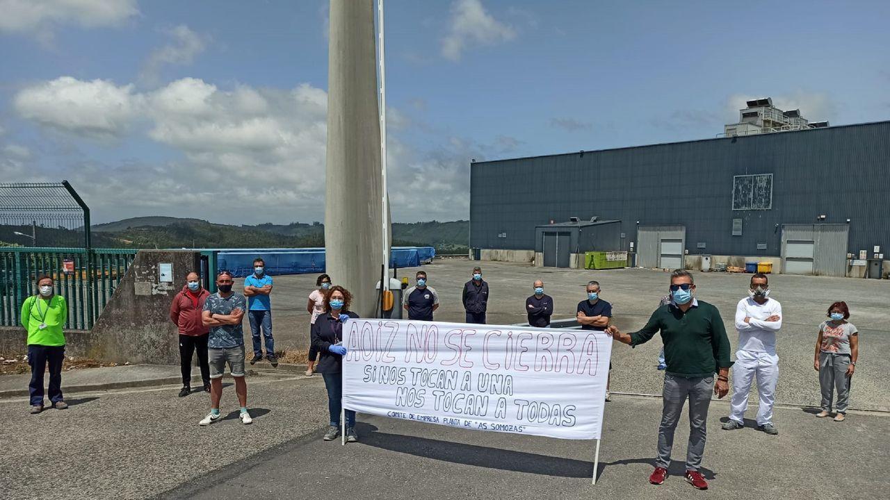 Así transcurre la jornada electoral del 12-J en Ferrol.Preparativos de una instalación de una mesa electoral en el Torrente