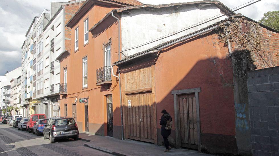 En primer término, la casa que albergó el taller de calzado de los Foggia