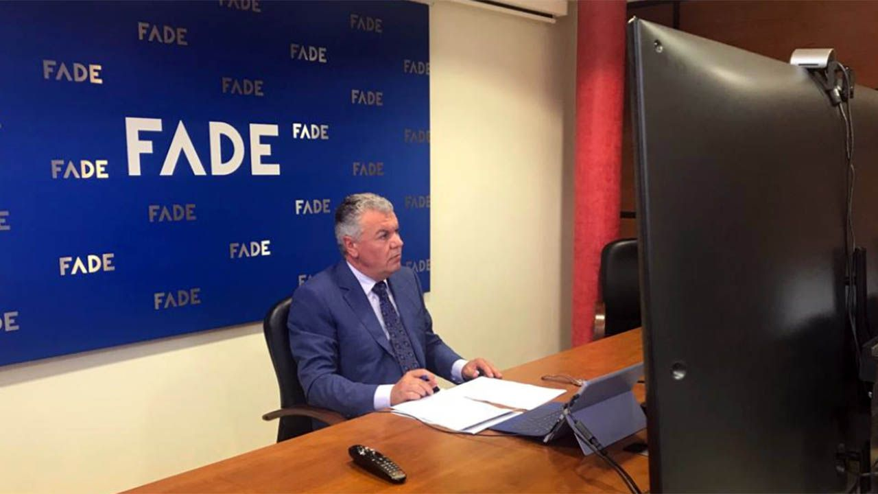 El rey llama a los empresarios a la unidad porque juntos llegarán «más lejos».Felipe VI, a su llegada a la cumbre de la CEOE, este miércoles en Madrid