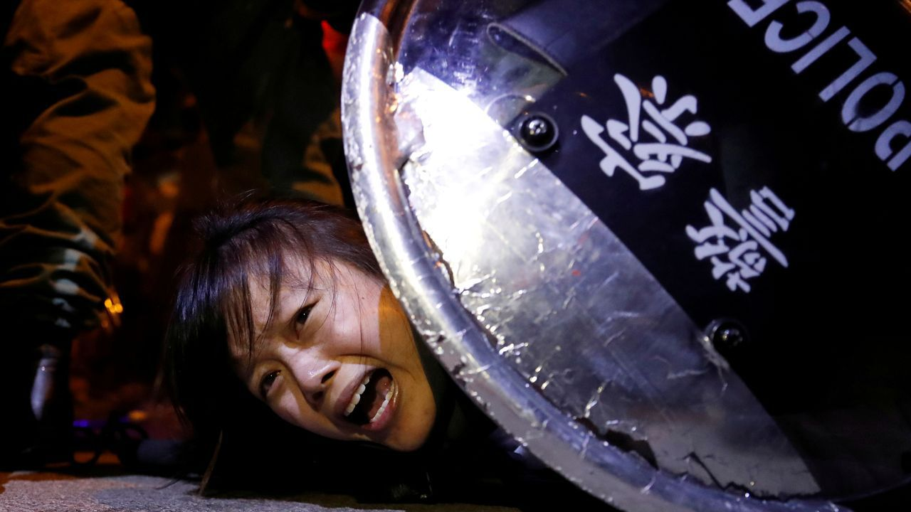 Los antidisturbios detuvieron a los manifestantes que protestaban ante una comisaría Mong Kok, a las afueras de Hong Kong