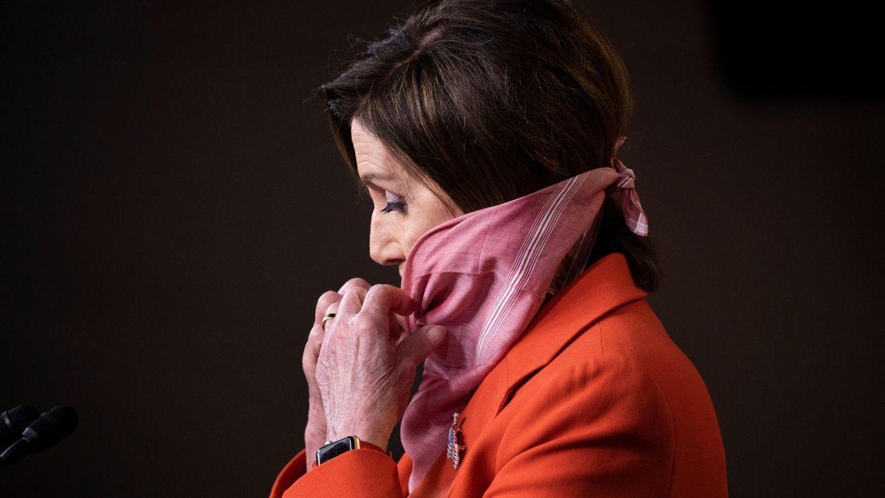 La presidenta de la Cámara de Representantes, la demócrata Nancy Pelosi, se cubre el rostro con un pañuelo durante una rueda de prensa en el Capitolio