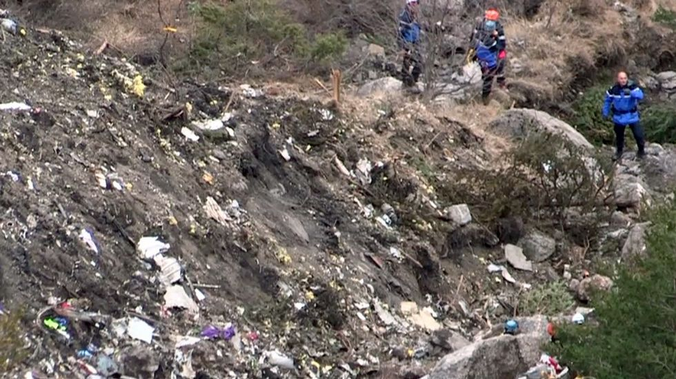 El personal de rescate buscan entre los restos del avión de Germanwings siniestrado en los Alpes