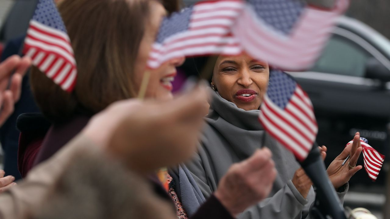 Ilhan Omar, única parlamentaria que lleva el velo islámico y una de las dos primeras mujeres musulmanas del Congreso estadounidense
