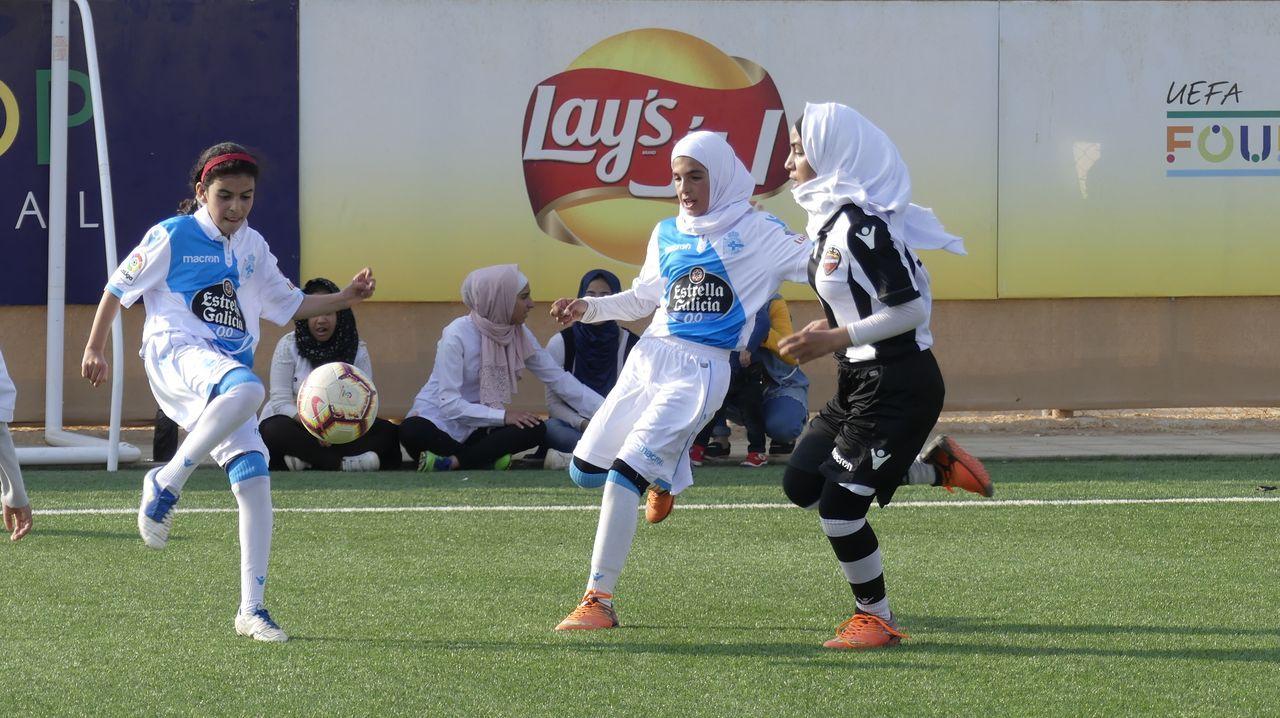 Las jugadoras del Deportivo, durante un partido en el campo de refugiados