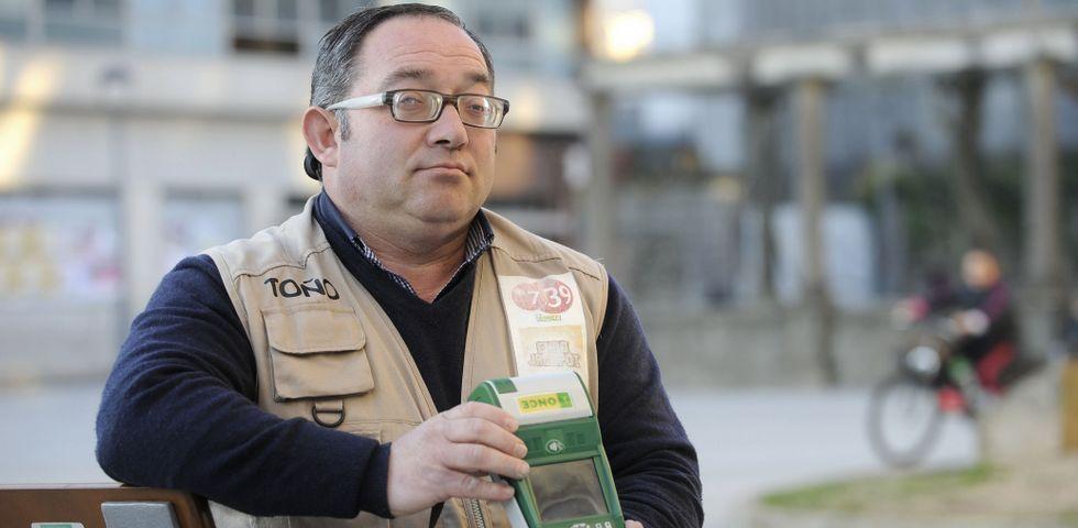 José Antonio Brea, agente vendedor de la ONCE y «Vendedor del Año», ayer en A Estrada, municipio donde reside.