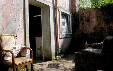 Los ladrones se llevaron esta vez las puertas y las ventanas de alumino del inmueble de A Abeanca.