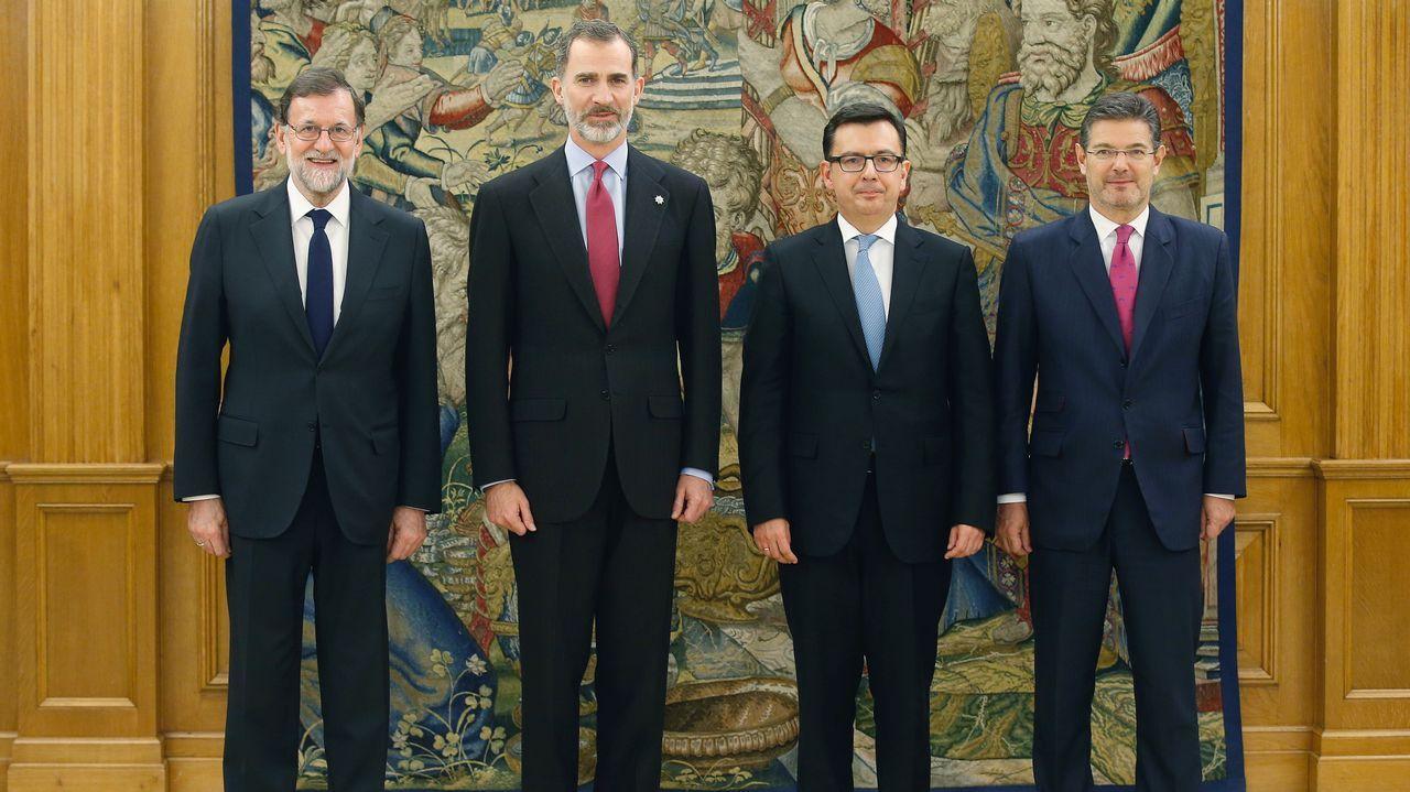 El nuevo ministro de Economía, Industria y Competitividad, Román Escolano, junto al presidente del Gobierno, Mariano Rajoy, el rey y el ministro de Justicia, Rafael Catalá