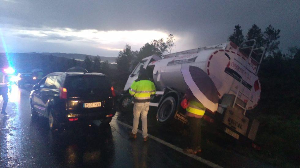 Un camión cisterna que transportaba gasoil vuelca en Val do Dubra.Un control conjunto de la Policía Local y la Nacional para vigilar el cumplimiento del cierre perimetral en Santiago