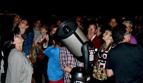 La gente, mirando al cielo y por telescopio el sábado en Sada