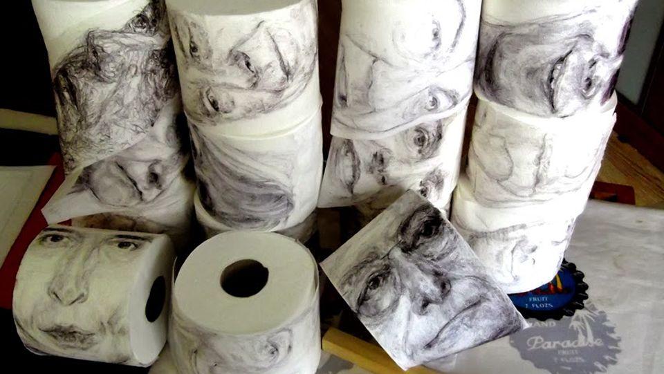 El artista madrileño, Le Frère, inmortaliza a políticos y famosos en papel higiénico