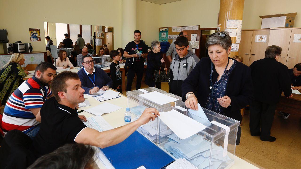 Colas a mediodía en mesas electorales de A Mariña.La presidenta de una mesa electoral de Arahal (Sevilla) amamanta a su hijo durante la votación