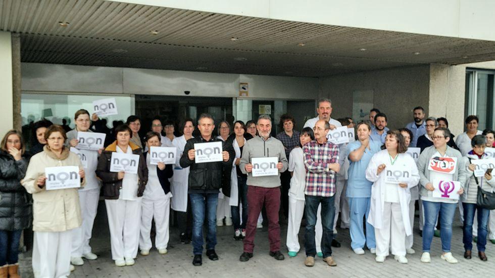 violenciamachista.Concentración contra los crímenes machistas ante el Hospital da Costa, en Burela (Lugo)