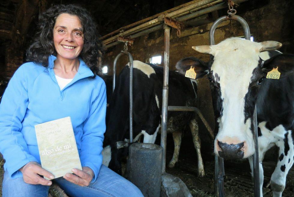 Ana Vila, cunha das vacas da explotación gandeira que dirixe en Taboada e o poemario que escribiu, e que sae á venda hoxe.