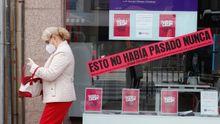 Una viandante pasa delante de una tienda en Oviedo