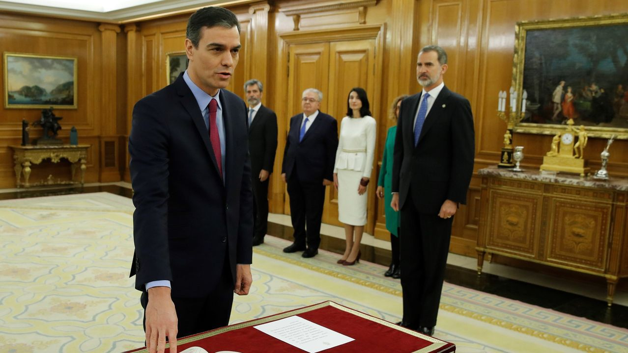 Los ministros del nuevo Gobierno de coalición prometen sus cargos ante la Constitución.Sánchez prometió ante el rey Felipe VI su cargo de presidente del Gobierno