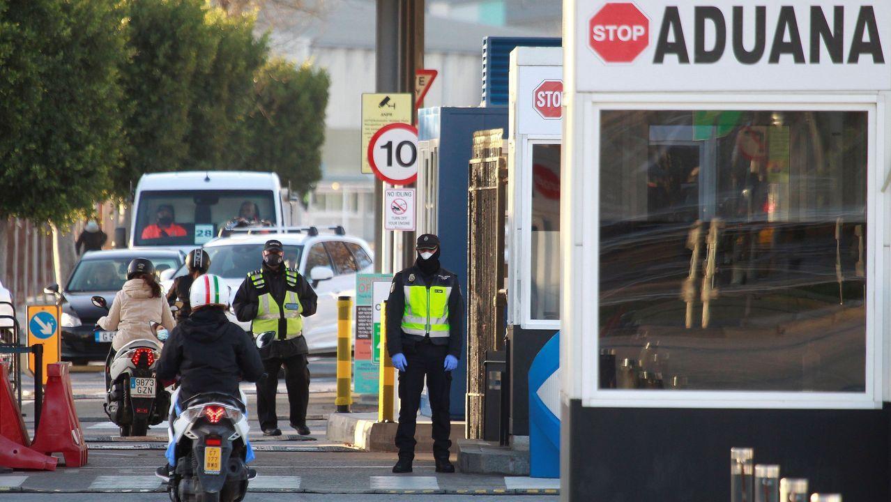 Control policial en el paso fronterizo entre La Línea y Gibraltar