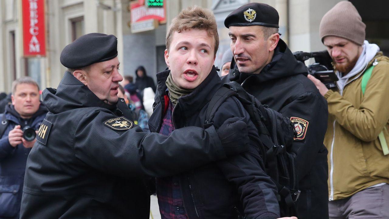 Interrumpida de urgencia la rueda de prensa de Pedro Sánchez en Lituania por una amenaza de las fuerzas rusas.La policía bielorrusa arresta a Román Protasevich durante una protesta en Minsk en el 2017