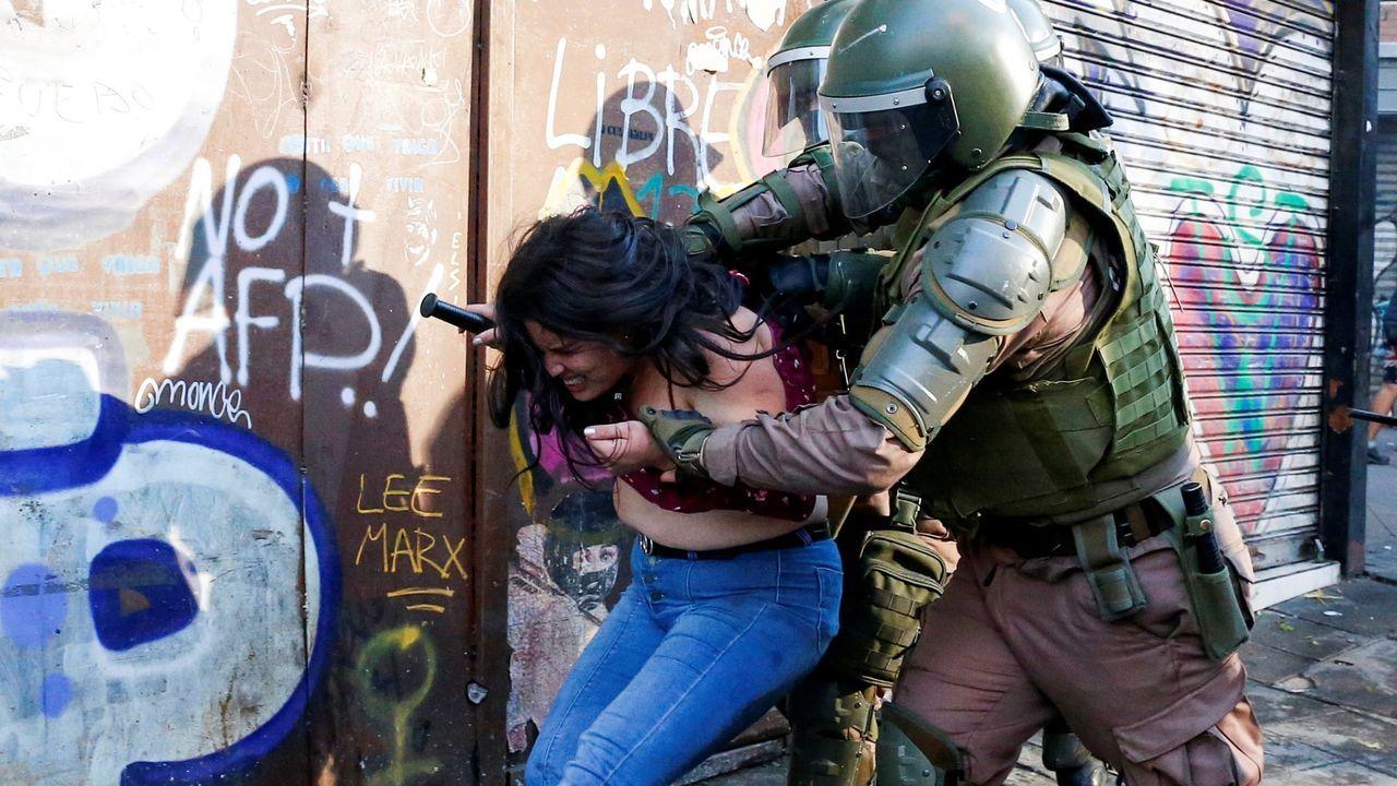 Cultivode cáñamo industrial enAsturias.Una mujer es detenida durante una protesta en Valparaíso (Chile)