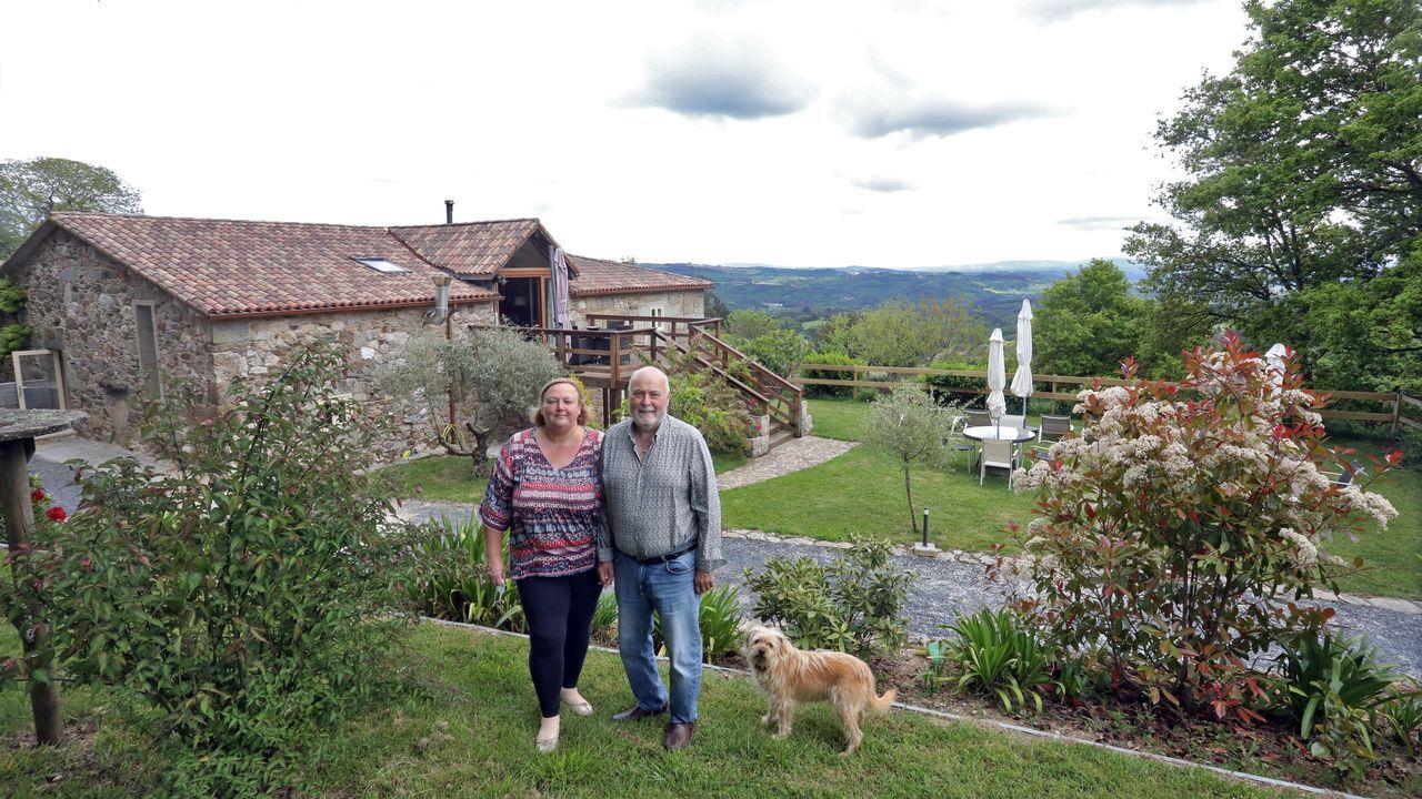 Sue y Kim Renkin frente a su casa, con unas vistas privilegiadas a la sierra do Careón