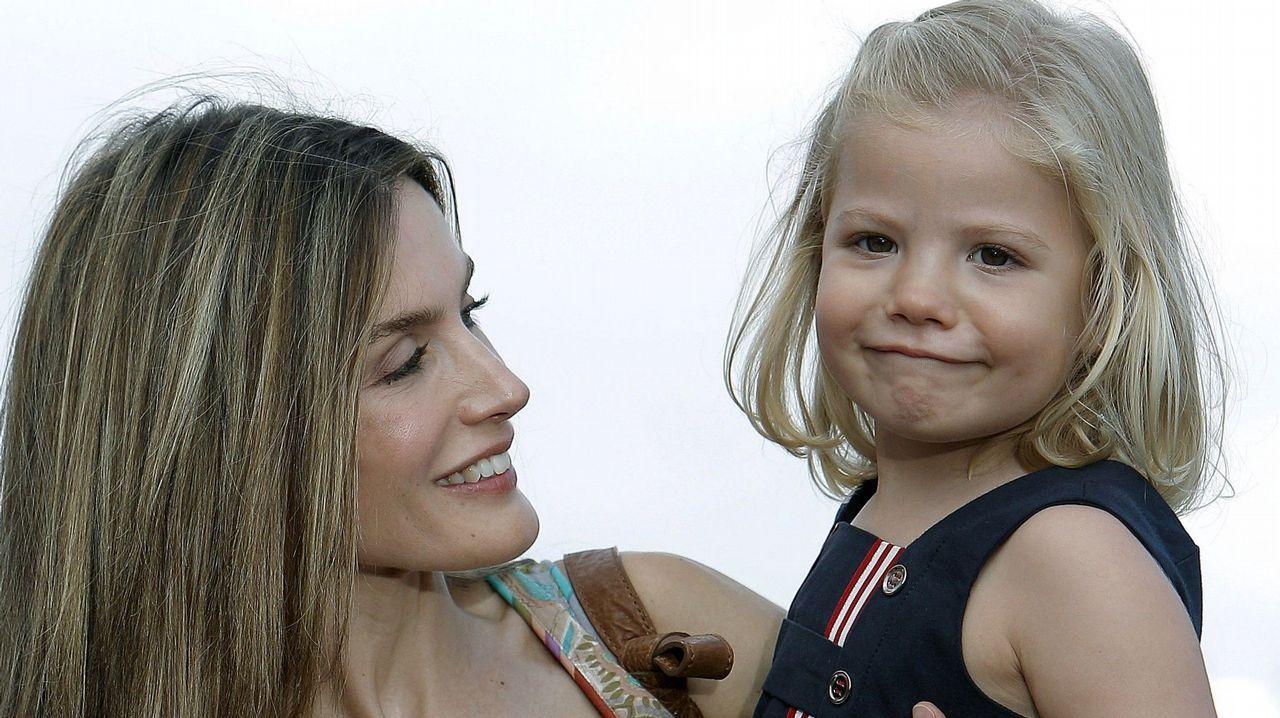 La Reina Letizia junto a su hija la infanta Sofía a su llegada al concierto del cantautor mallorquín Jaume Anglada, en agosto de 2010