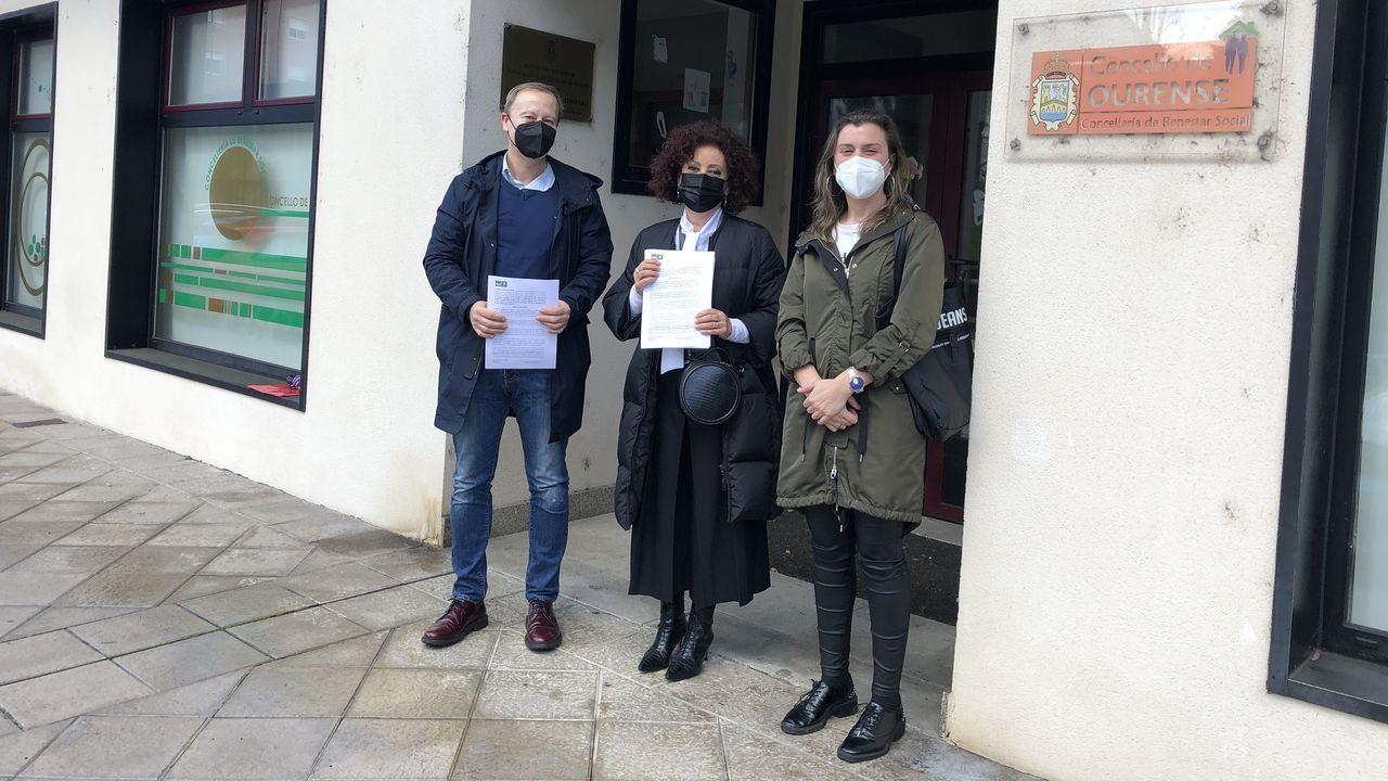Representantes del PSOE, ante la ludoteca de As Lagoas