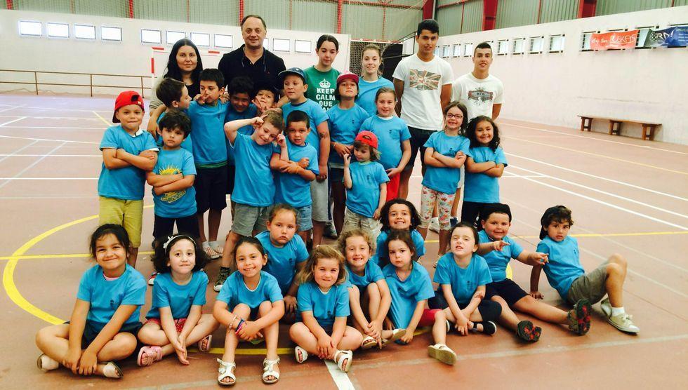 El alcalde, Jesús Otero, entregó ayer unas camisetas a los niños del campamento.