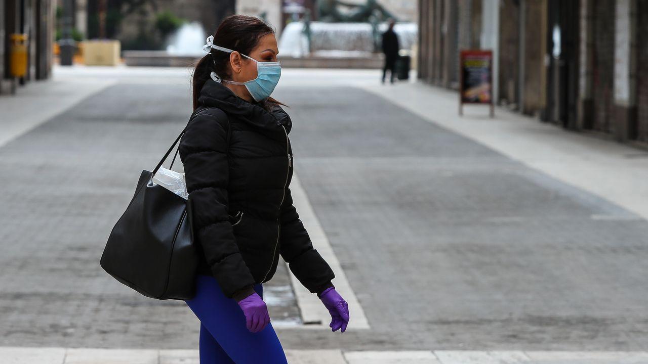 Galicia apura el primer día de paseos.Las farmacias tuvieron que blindarse ante los contagios