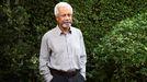 Gurnah posa en su casa de Kent, Inglaterra, este jueves, tras ganar el Nobel de Literatura.