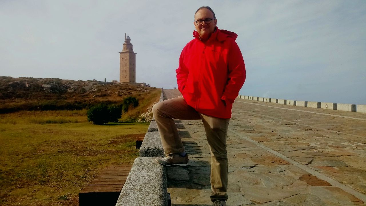 Alfonso González López frente a la Torre de Hércules, A Coruña.