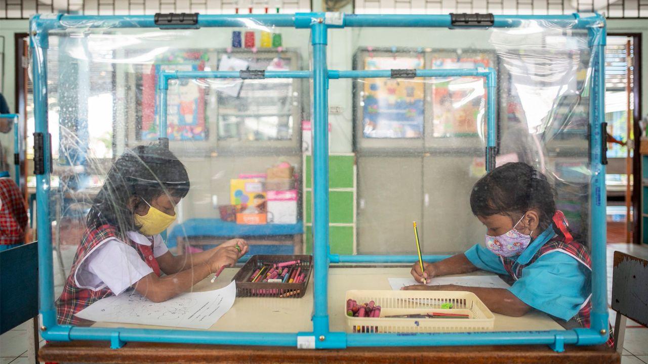 Alumnos de primaria en una escuela de Bangkok