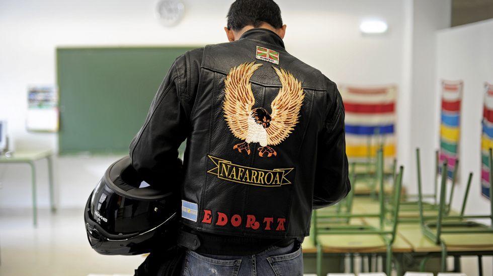 Una persona ejerce su derecho al voto en un colegio electoral de Pamplona.