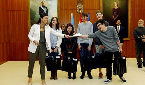 Pilar Rojo entrega el premio a los alumnos del Rosalía.
