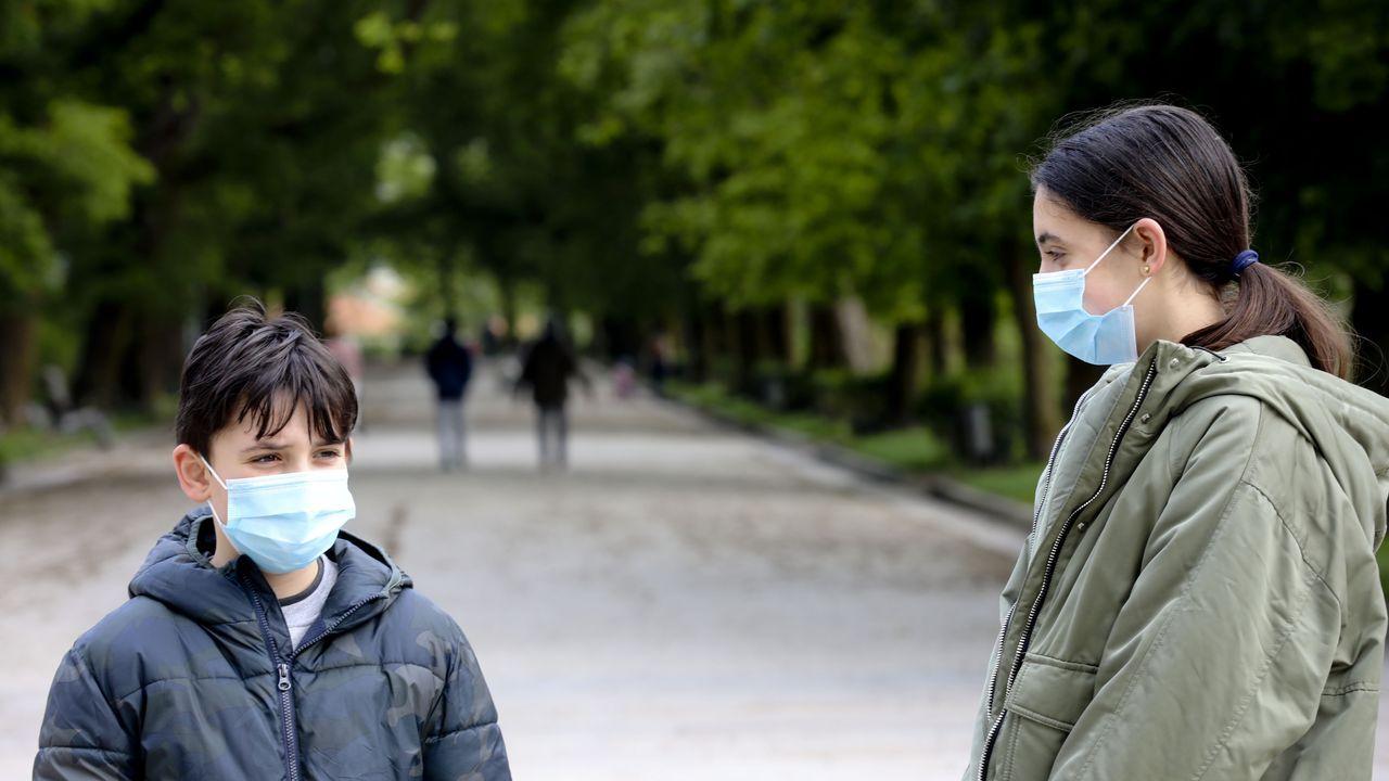 Dos niños con mascarillas en la Alameda de Santiago