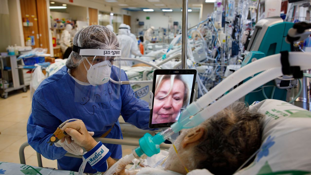 En la UCI de un hospital israelí un paciente habla con un familiar a través de una tablet