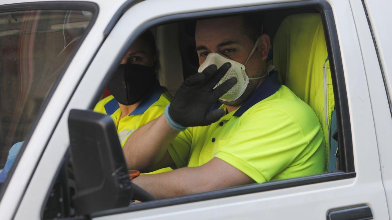 Empleados del servicio municipal de limpieza, en su trayecto por el centro de la ciudad