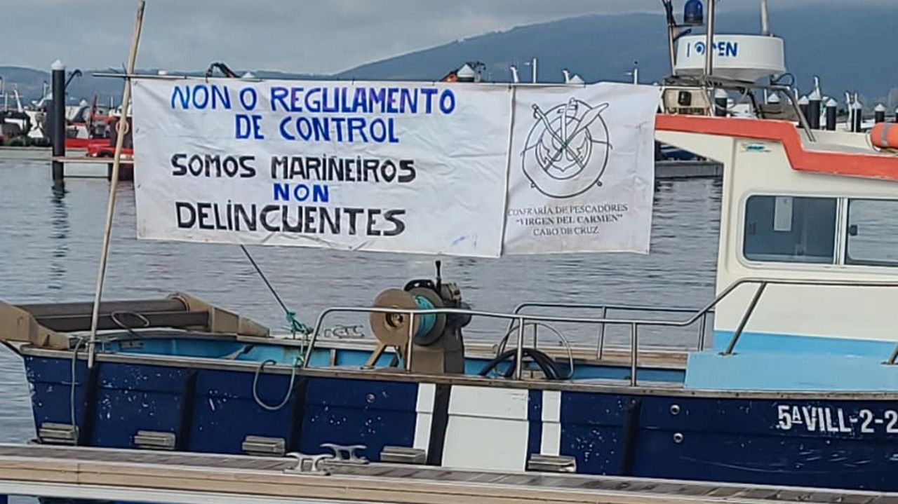 Barco de la cofradía de Cabo de Cruz en la protesta contra el reglamento de control de la flota
