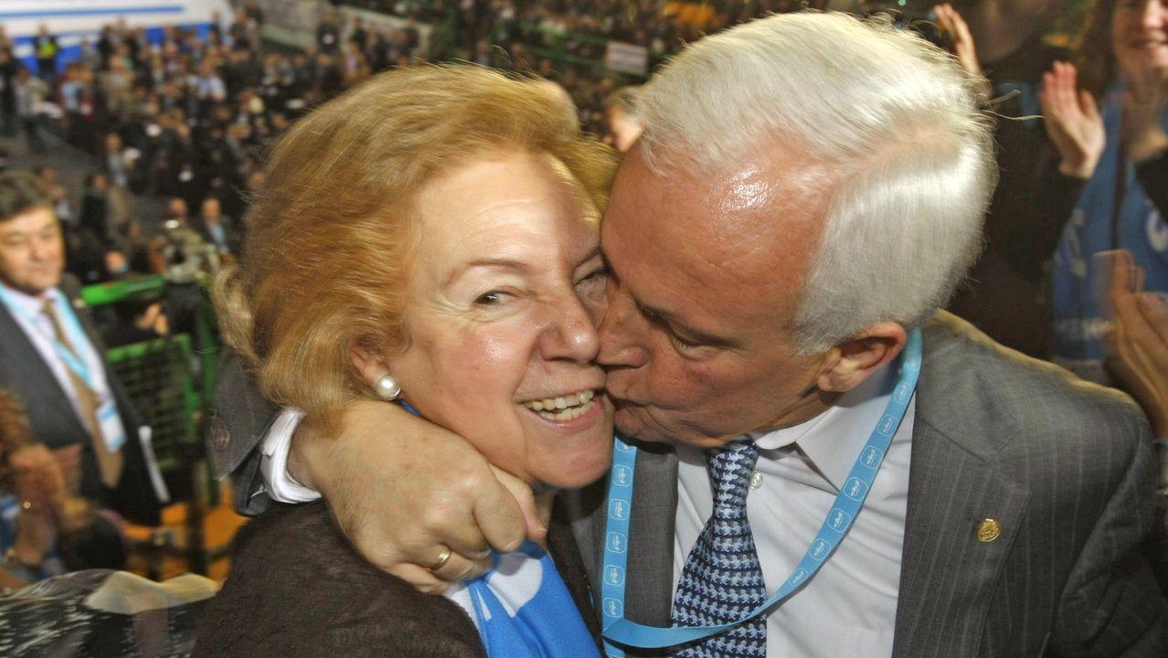 José Luis Baltar besa a su mujer, Alicia, en una imagen de archivo