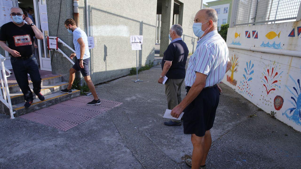 Gente votando en un colegio electoral de A Coruña