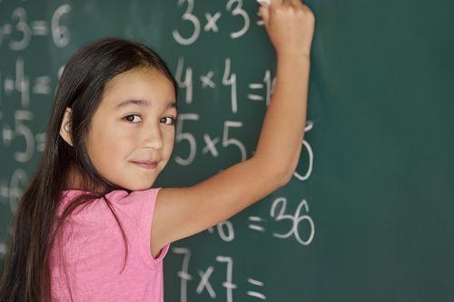 Una niña, en una clase de matemáticas