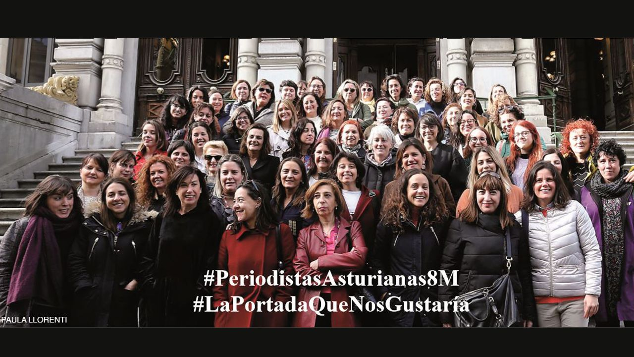 ana.Un nutrido grupo de periodistas asturianas posa en las escaleras de la Junta General
