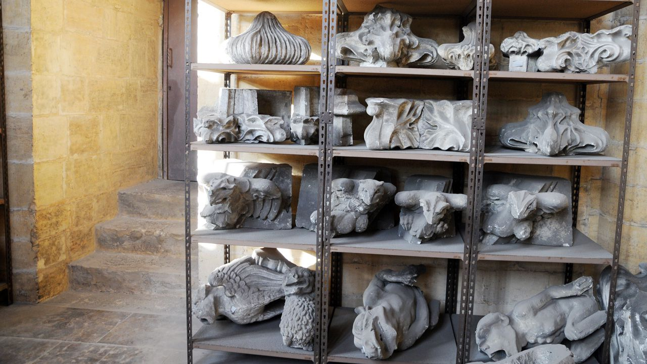 Moldes de yeso de algunas gárgolas de la Catedral de Oviedo, almacenadas en la torre, donde se aprecia su tamaño. Durante la guerra se destruyeron algunas de las imágenes