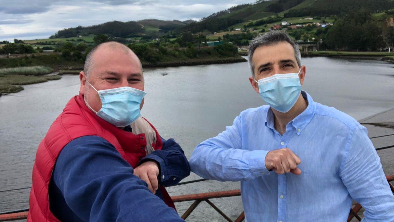 El alcalde de Vegadeo, César Álvarez, y el regidor de Ribadeo, Fernando Suárez, se fotografiaron en el puente de Porto para festejar el encuentro entre comunidades tras las restricciones de movilidad por la pandemia del covid-19.